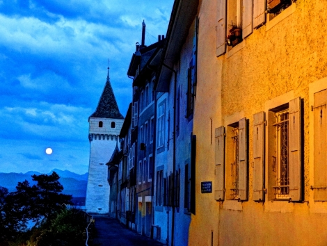 Moon rise in Nyon.
